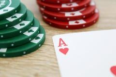 Gioco del poker con l'asso dei cuori e dei chip Immagini Stock Libere da Diritti