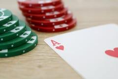 Gioco del poker con l'asso dei cuori e dei chip Immagine Stock