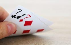 Gioco del poker con una mano di due sevens fortunati Immagine Stock Libera da Diritti