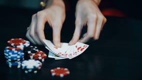 Gioco del poker - getti le carte vicino ai chip di poker stock footage