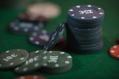 Gioco del poker in mani del ` s degli uomini sulla tavola verde Fotografie Stock Libere da Diritti