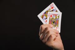 Gioco del poker in mani del ` s degli uomini sulla tavola verde Immagini Stock Libere da Diritti