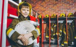 Gioco del pompiere del bambino immagini stock