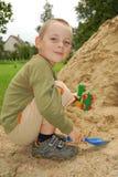Gioco del ragazzino con la sabbia Fotografia Stock