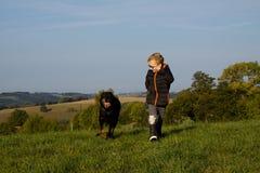 Gioco del ragazzo con il cane Fotografie Stock