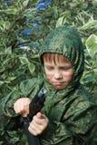 Gioco del ragazzo della guerra con la pistola Immagini Stock