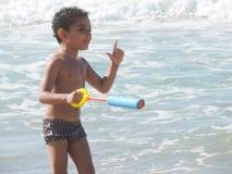 Gioco del ragazzo sul mare Immagine Stock Libera da Diritti