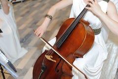 Gioco del violoncello Fotografia Stock Libera da Diritti