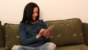 Gioco dell'adolescente con la compressa archivi video