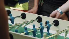 Gioco dell'estrattore a scatto di calcio-balilla, giocato dai due uomo unrecognisable video d archivio