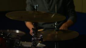 Gioco dell'uomo tamburi video d archivio