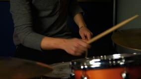 Gioco dell'uomo tamburi stock footage