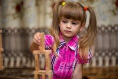 Gioco della bambina con i blocchi di legno Fotografie Stock Libere da Diritti