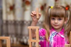 Gioco della bambina con i blocchi di legno Fotografie Stock