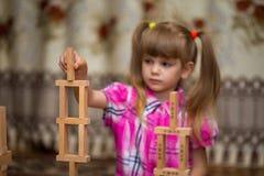 Gioco della bambina con i blocchi di legno Fotografia Stock