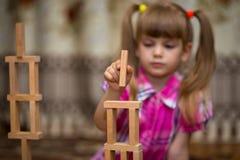 Gioco della bambina con i blocchi di legno Fotografia Stock Libera da Diritti