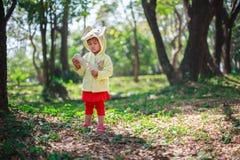 Gioco della bambina con il ridurre in pani Immagine Stock