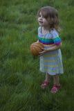 Gioco della bambina con la sfera nella sosta Fotografia Stock