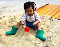 Gioco della bambina sulla sabbia Fotografia Stock Libera da Diritti