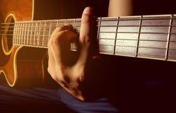 Gioco della chitarra acustica, chitarrista, musicista Fotografia Stock