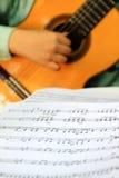 Gioco della chitarra classica con il segno di musica Fotografia Stock Libera da Diritti