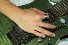 Gioco della chitarra elettrica con la tecnica del floydrose immagini stock