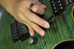 Gioco della chitarra elettrica con la tecnica del floydrose fotografia stock