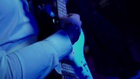 Gioco della chitarra elettrica stock footage