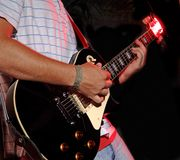 Gioco della chitarra - fascia di musica Fotografia Stock
