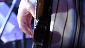 Gioco della chitarra Mano di Man del chitarrista e chitarra elettrica della sei-corda Primo piano del chitarrista con la chitarra archivi video