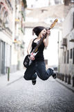 Gioco della chitarra nel mezzo della città Fotografia Stock