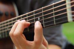 Gioco della chitarra nel parco immagini stock