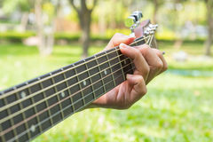 Gioco della chitarra nel parco immagini stock libere da diritti