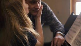 Gioco della donna e dell'uomo sul piano archivi video