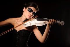 Gioco della donna sul violino bianco Immagine Stock Libera da Diritti
