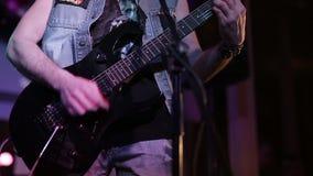 gioco della E-chitarra Primo piano video d archivio