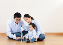 Gioco della famiglia dell'Asia insieme fotografie stock libere da diritti