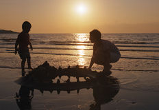 Gioco della famiglia su una spiaggia Immagini Stock