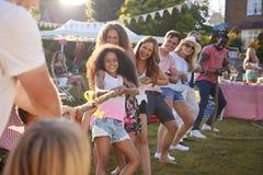 Gioco della festa del giardino di Tug Of War At Summer immagini stock