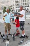 Gioco della gente con il piccione in atene fotografia stock
