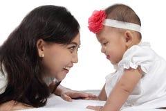 Madre e risata e gioco del bambino che si trovano sul letto fotografia stock immagine di - Giochi che si baciano a letto ...