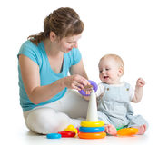 Gioco della mamma e del bambino con i giocattoli del blocco fotografia stock