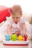 Gioco della neonata con il giocattolo Fotografie Stock Libere da Diritti