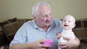 Gioco della neonata e del nonno video d archivio