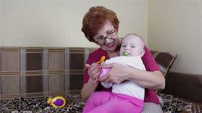 Gioco della neonata e della nonna stock footage