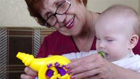 Gioco della neonata e della nonna archivi video
