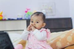 Gioco della neonata indiana fotografia stock libera da diritti