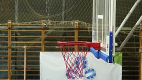 Gioco della pallacanestro La palla entra nel canestro stock footage