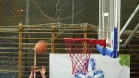 Gioco della pallacanestro La palla entra nel canestro video d archivio