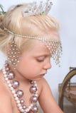 Gioco della ragazza con gioielli Fotografia Stock Libera da Diritti